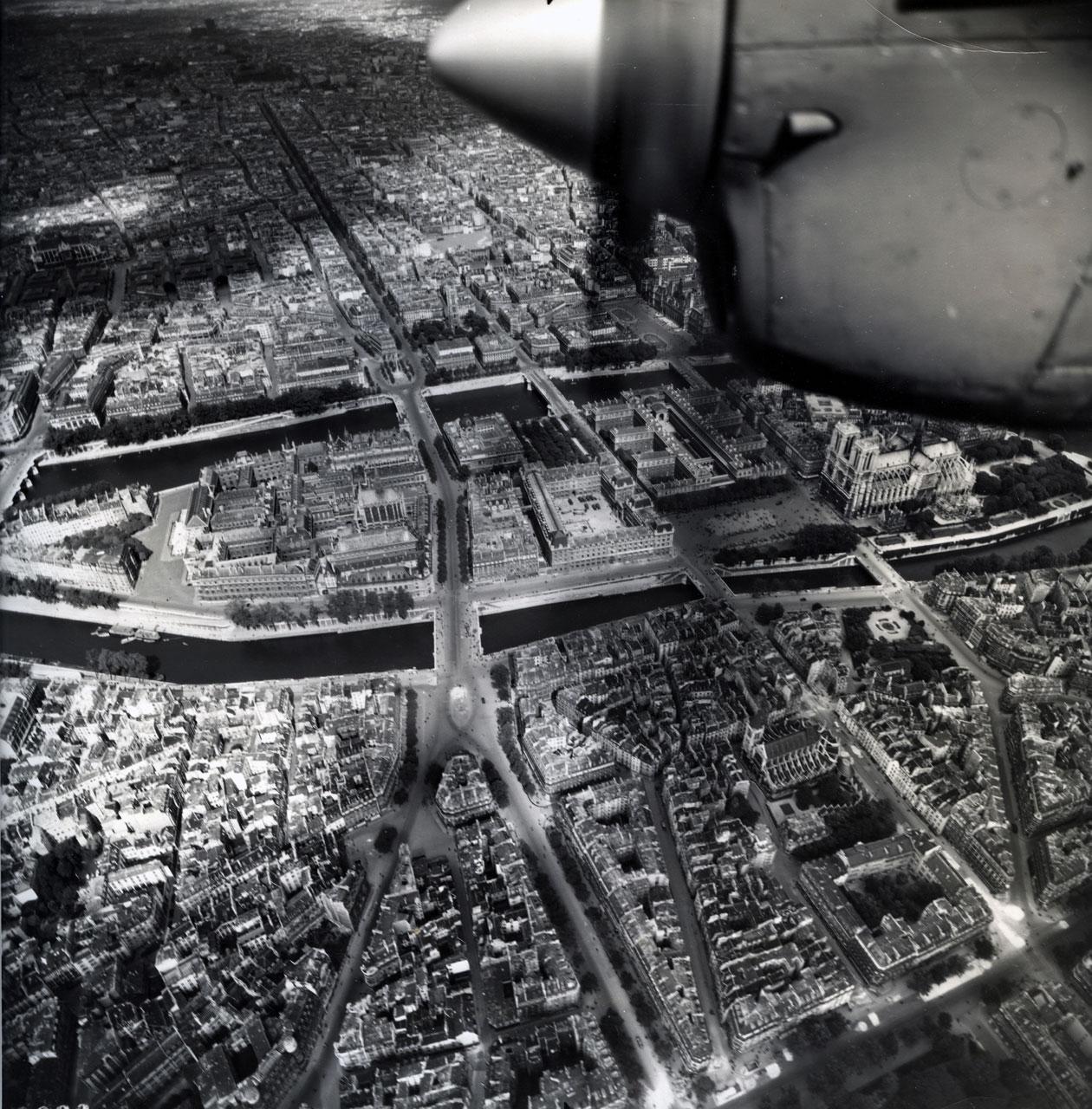 Vue aérienne de paris pendant la seconde guerre mondiale. by j.garber
